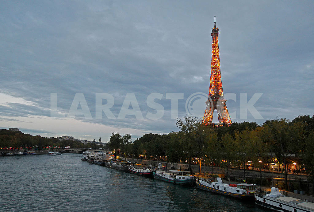 Eiffel Tower in high light — Image 50116