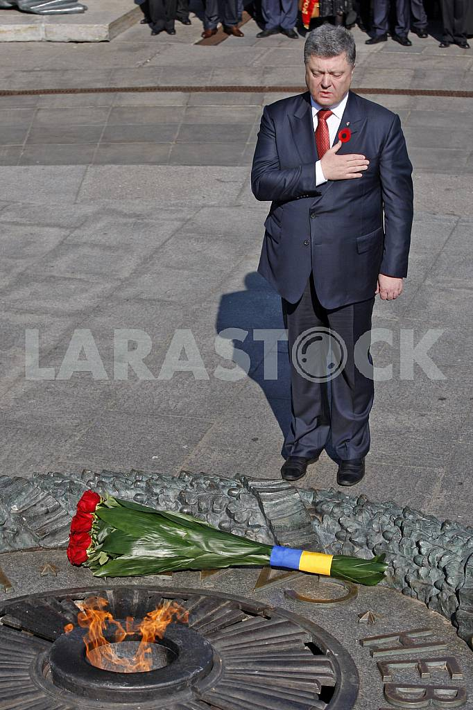 Petro Poroshenko lay flowers at the Tomb of the Unknown Soldier — Image 29536