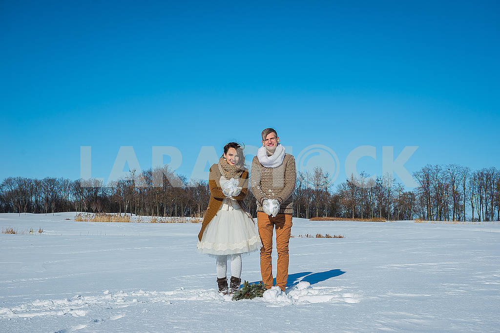 Young wedding couple playing in snow on a sunny winter day. Rustic style wedding. lovely girl in short wedding white dress, blue sky on the background. Brown style wedding — Image 52636