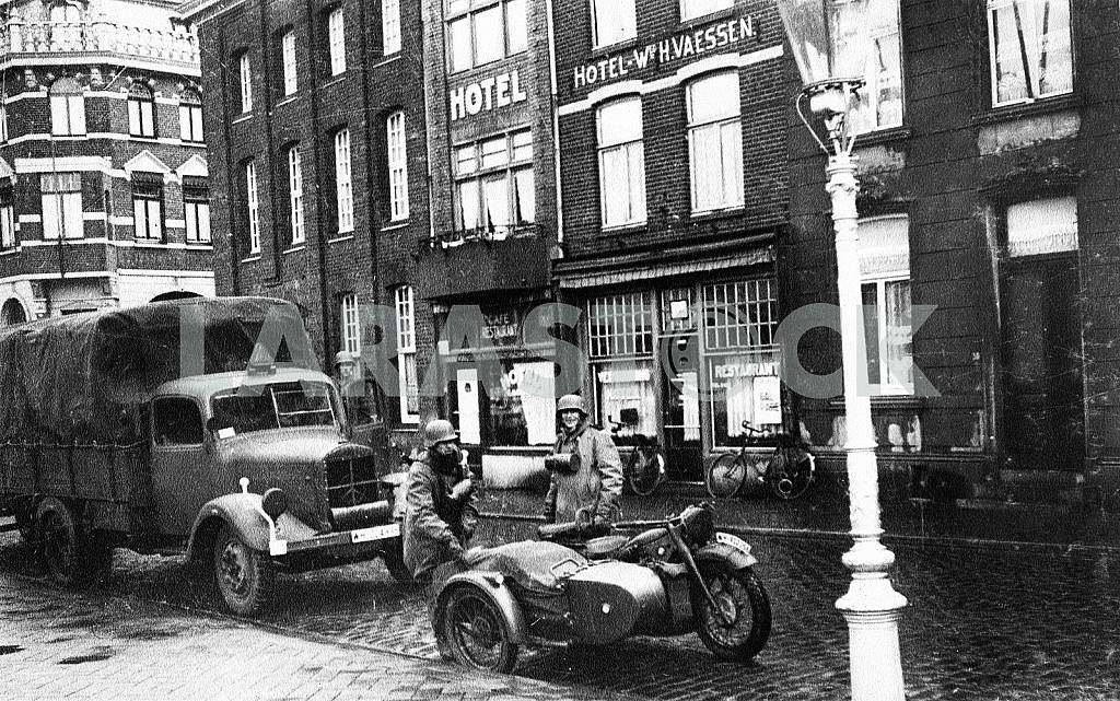 The soldiers of the Wehrmacht and the German military equipment BMW R-72, and Mercedes-Benz 3500 — Image 22246