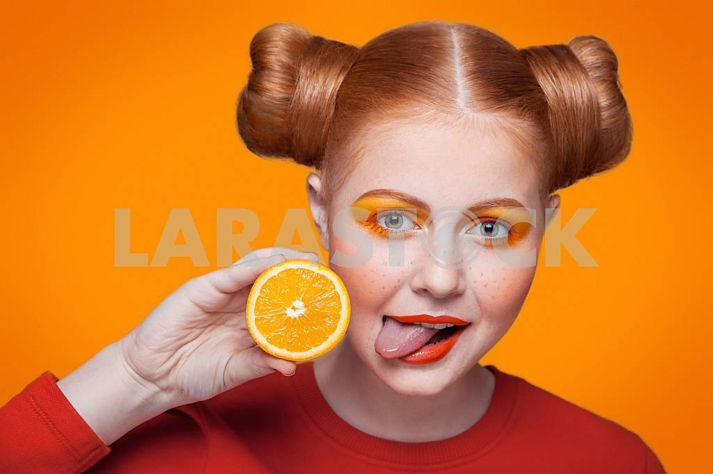 Молодые красивые моды модель с оранжевым цветом. студия выстрел. — Изображение 31066