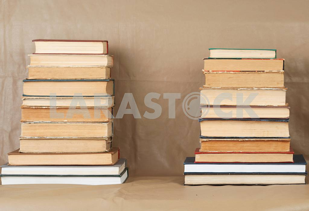 Old and used hardback books or text books on wooden table. Books and reading are essential for self improvement, gaining knowledge and success in our careers, business and personal lives. Copy space — Image 40776