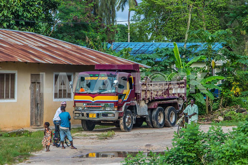 Грузовик и местные жители на Занзибаре — Изображение 65486