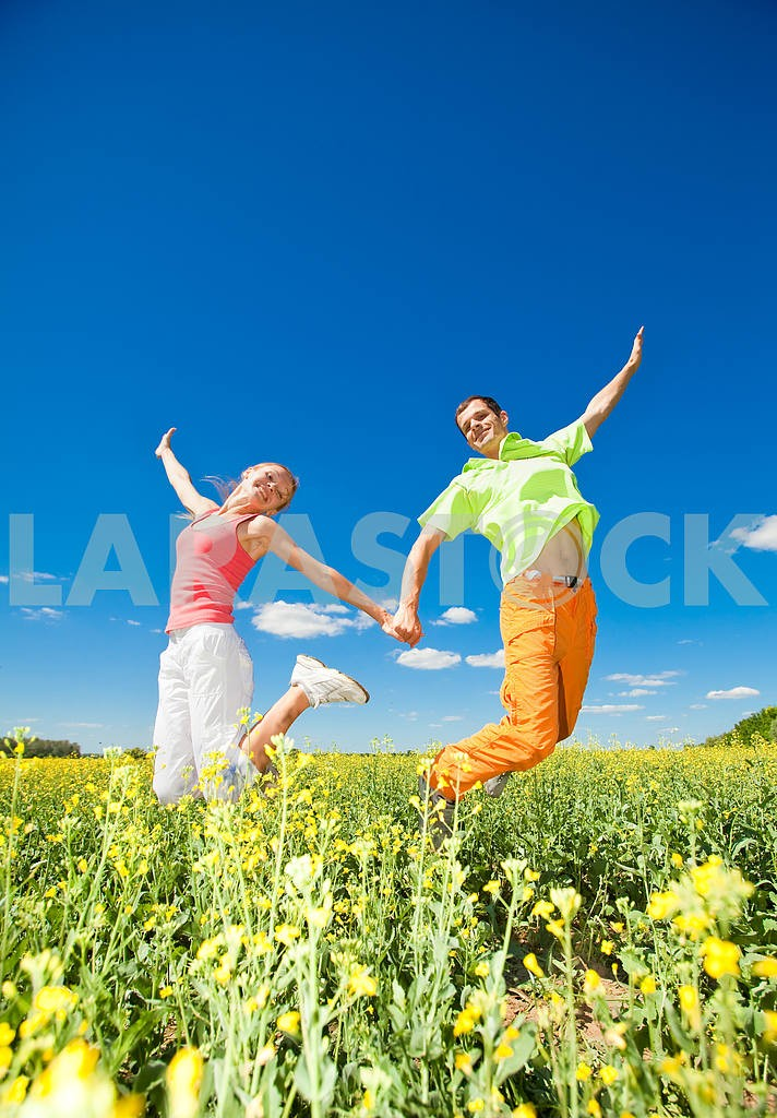 Happy people is jumping in field — Image 6996