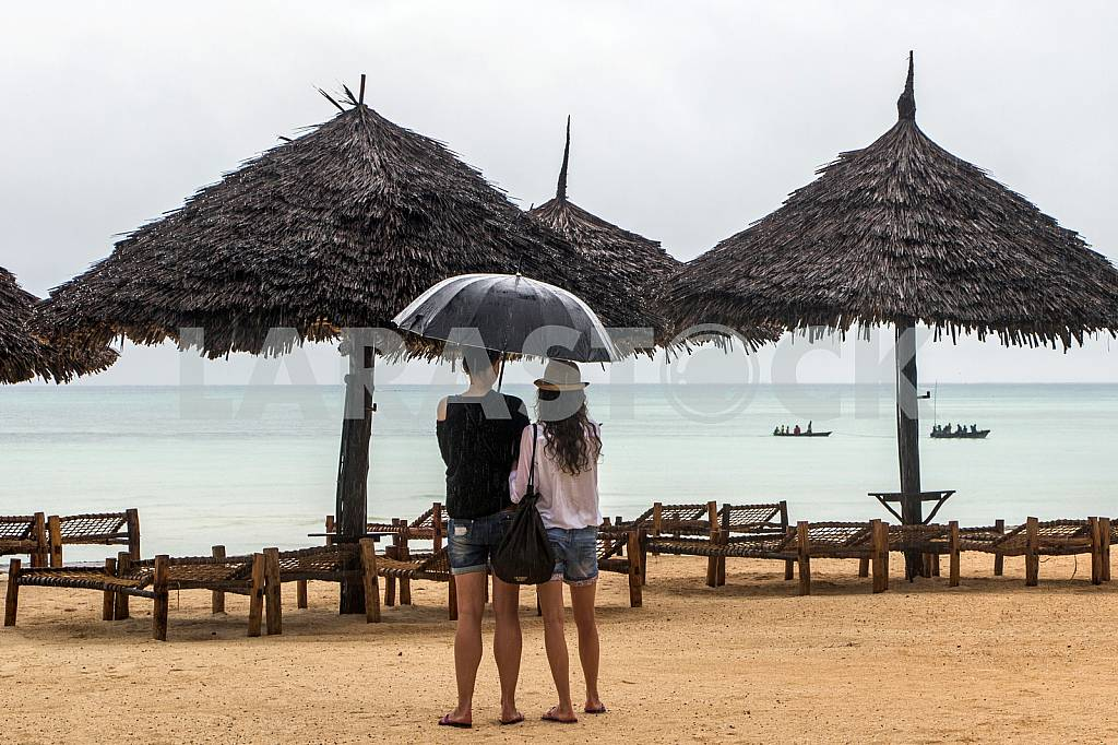 Single tourists on the beach of Zanzibar during the rainy season. — Image 32107