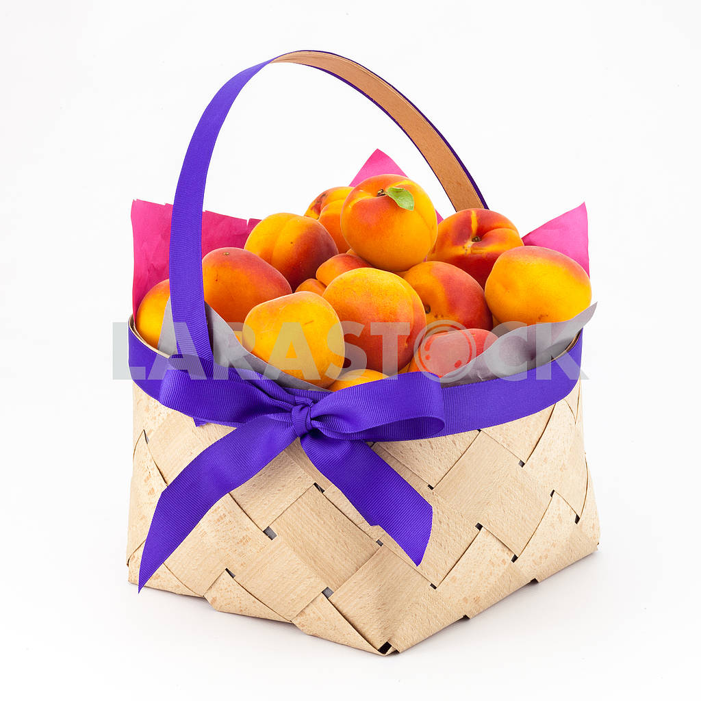Apricots in a basket — Image 69117