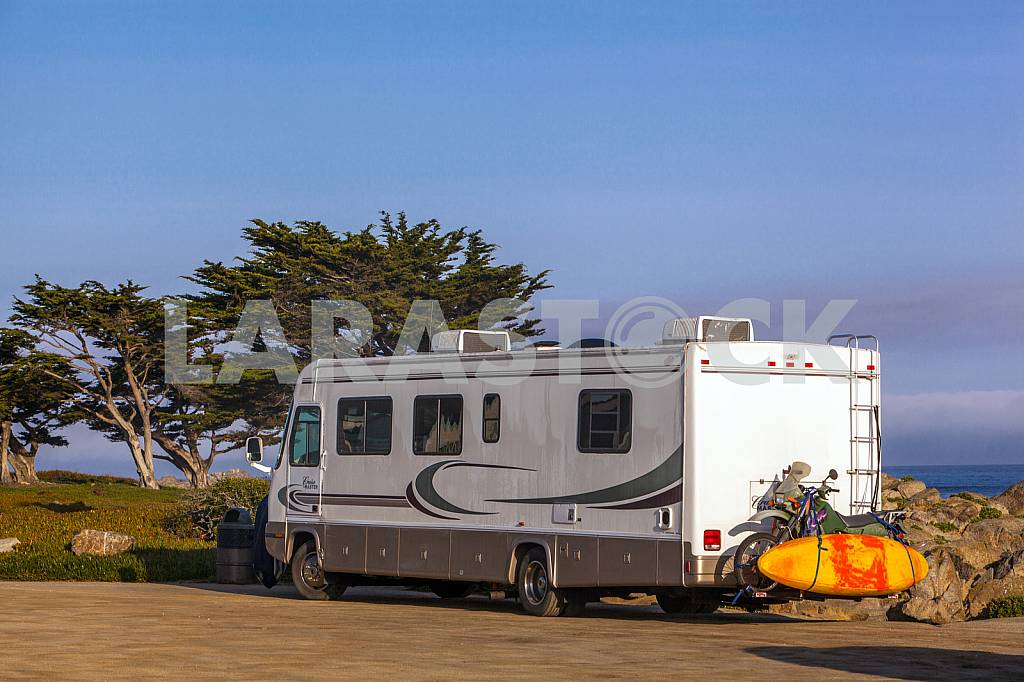 Trailer on the Pacific coast — Image 32827