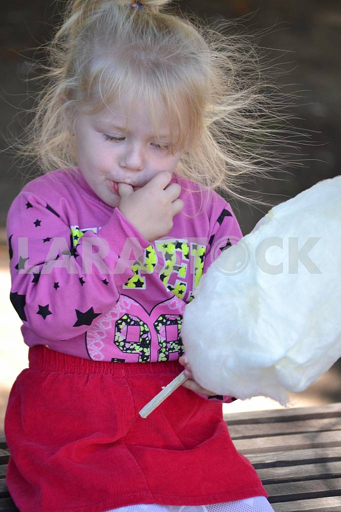 Girl with cotton candy — Image 36437