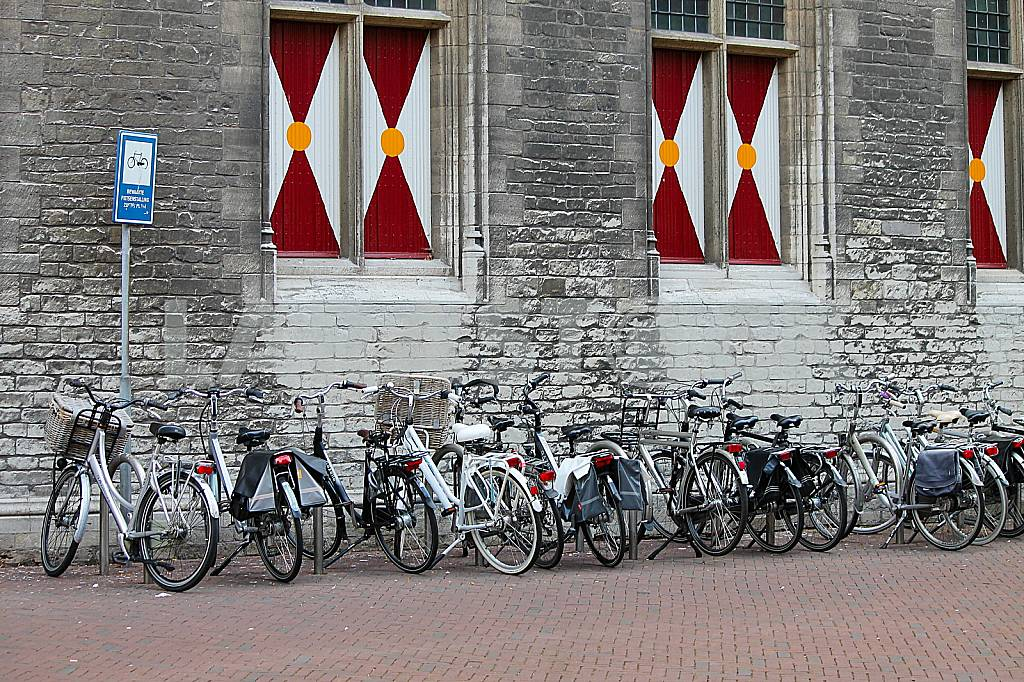 Bicycle parking at the Gothic town hall of Middelburg — Image 37957