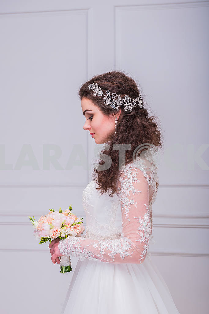 Brown-haired bride (women) with curly hair - rustic style - side view, with wedding bouquet in her hands, captured in studio — Image 29277