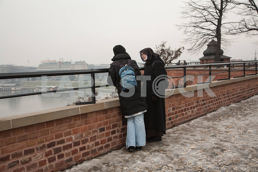 The nun speaks with a parishioner at the Wawel Hill — Image 30987