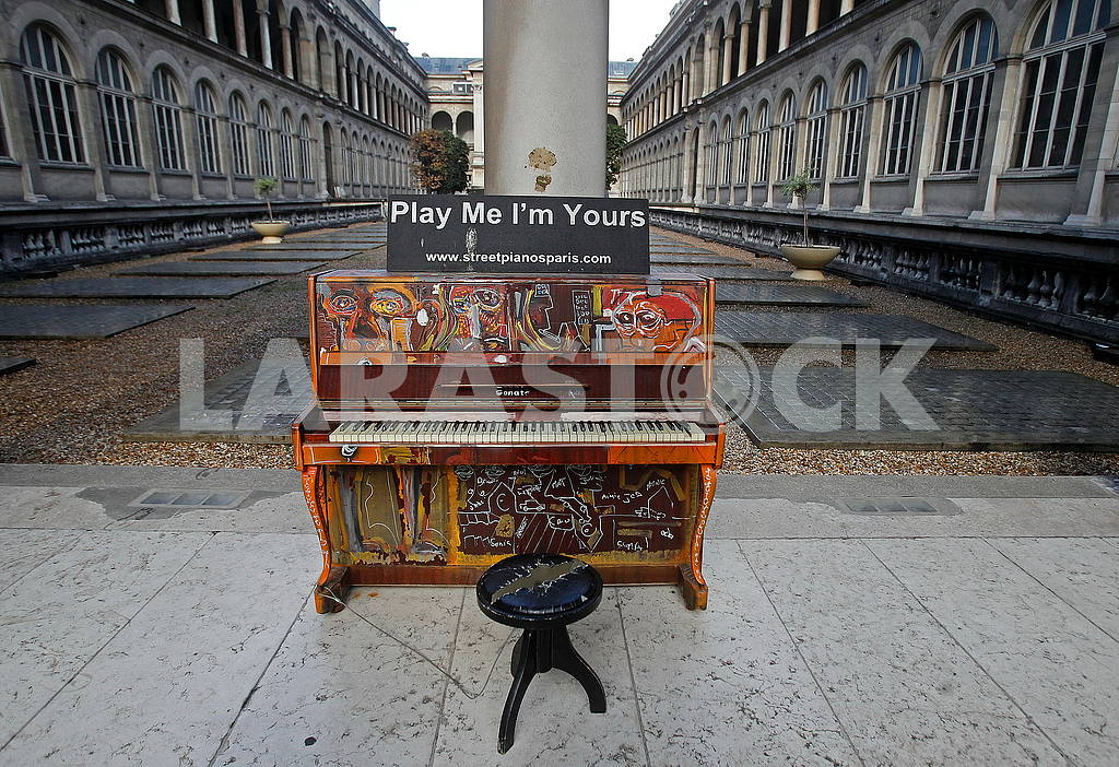 Piano in the courtyard of the hospital — Image 50287