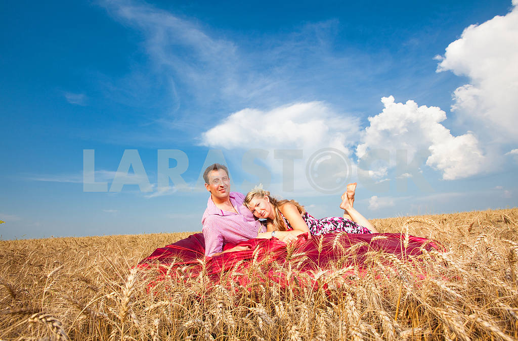 Couple lying in the wheat — Image 9697