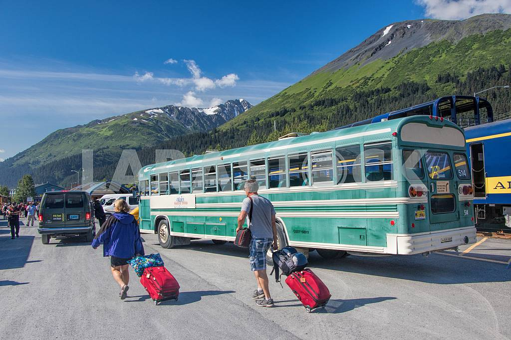 Tourists with their luggage near the bus — Image 33508