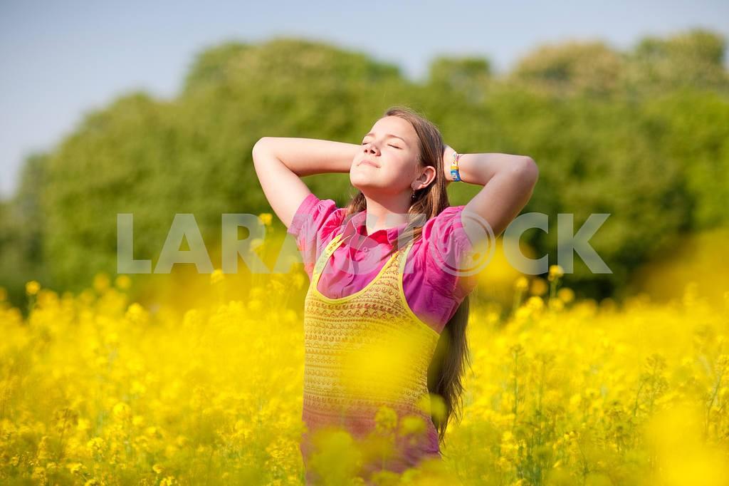 Довольно улыбается девушка расслабляющий на зеленый луг , полный цветов . Так — Изображение 11108