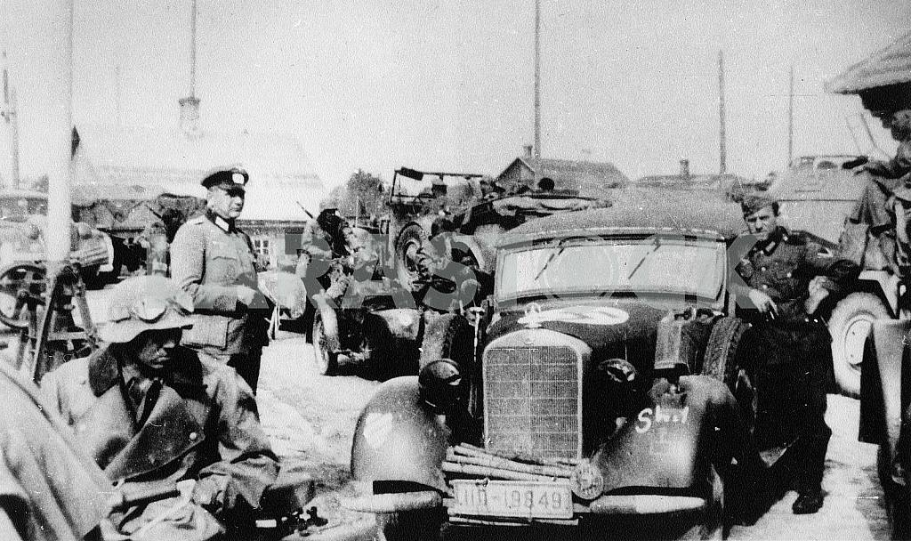 German soldiers and Mercedes Benz 230 — Image 22418