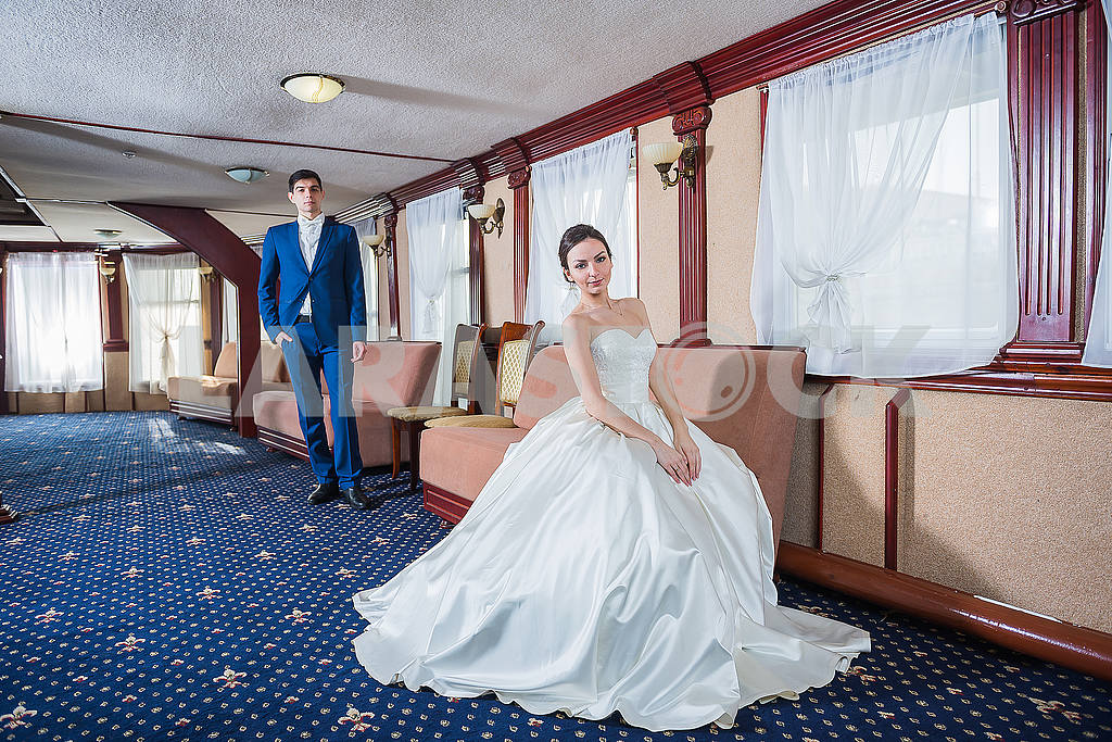 Lovely wedding couple. the bride in a white wedding dress smiling happily. groom in a blue costume.  couple in love — Image 52218