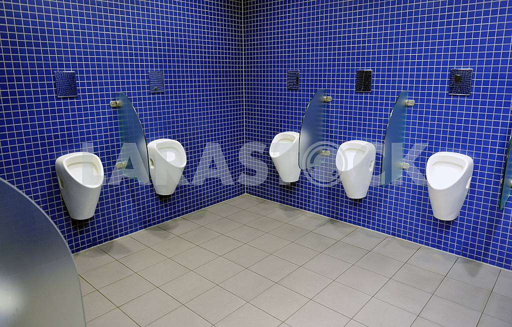 Automatic urinals in a modern toilet — Image 23738