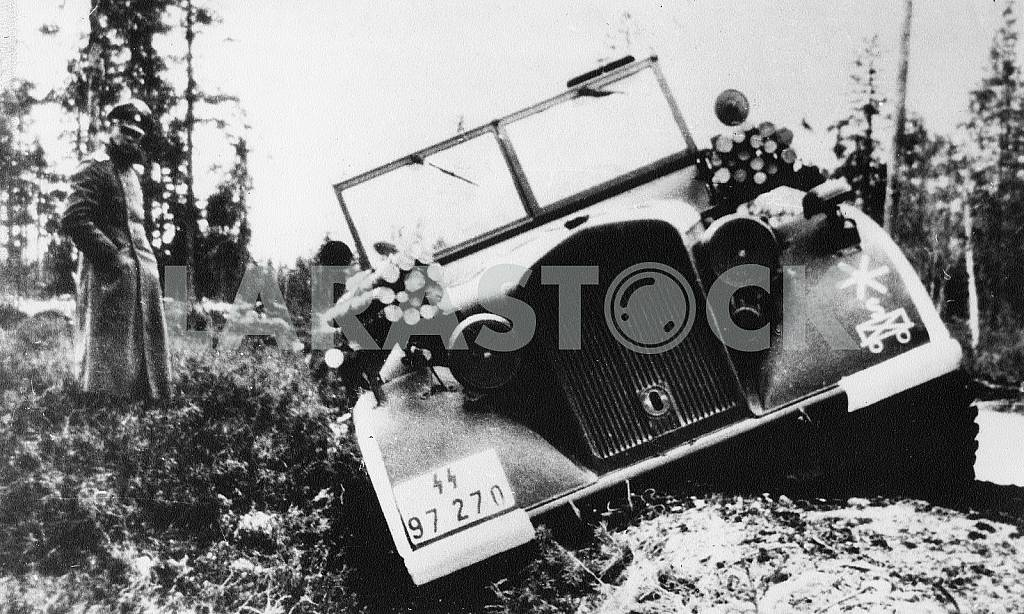 German officer near the stuck car. The Second World War — Image 22238