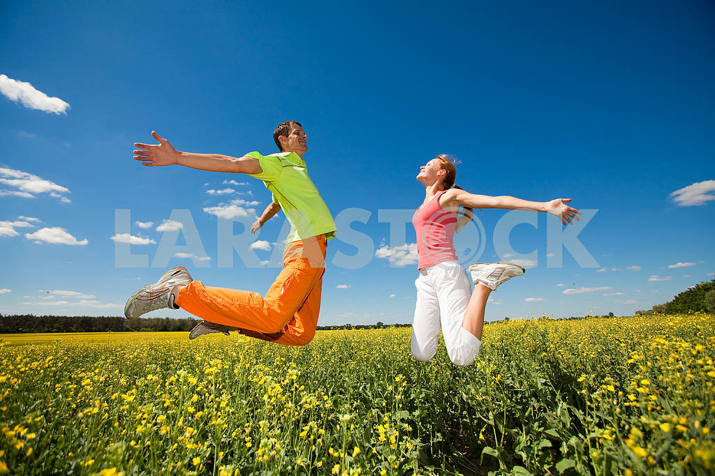 Happy people is jumping in field — Image 6978