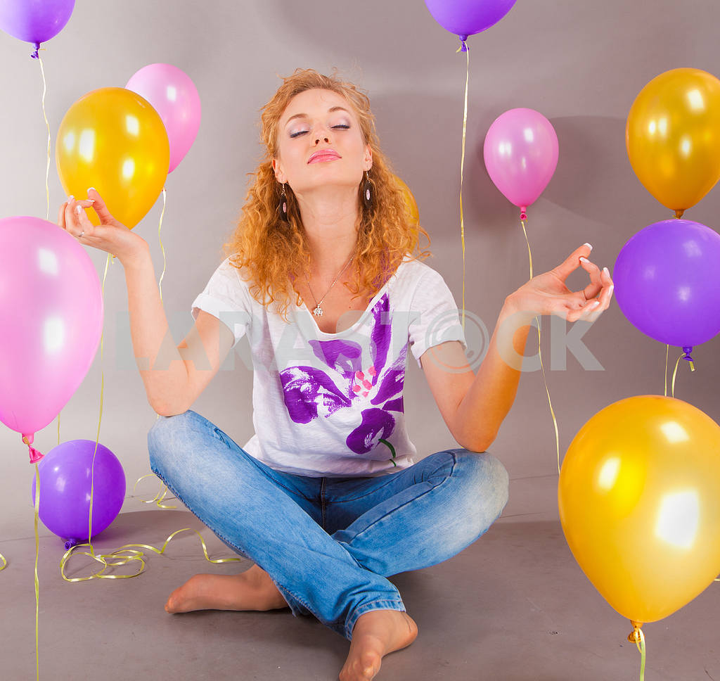 Beautiful young girl in light dress a hat on background balloons — Image 7988