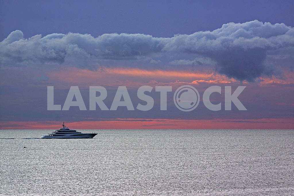 White yacht in the middle of sea — Image 69098
