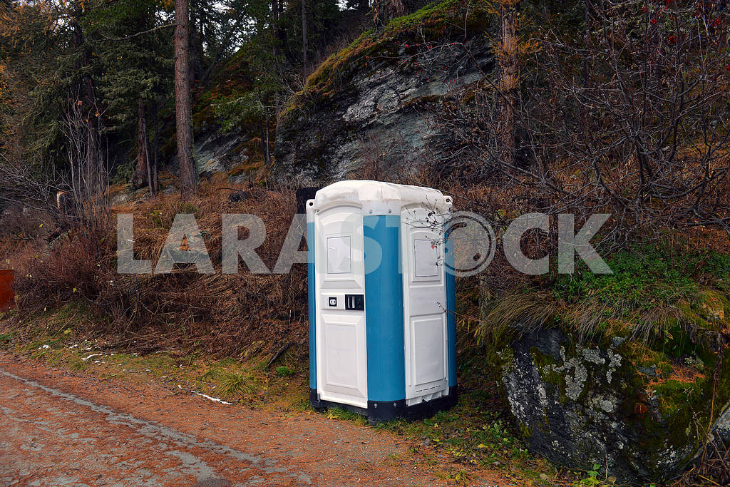 Composting toilet in a park — Image 17609