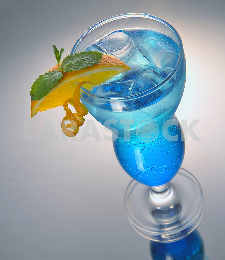 Blue cocktail with ice and orange — Image 17909