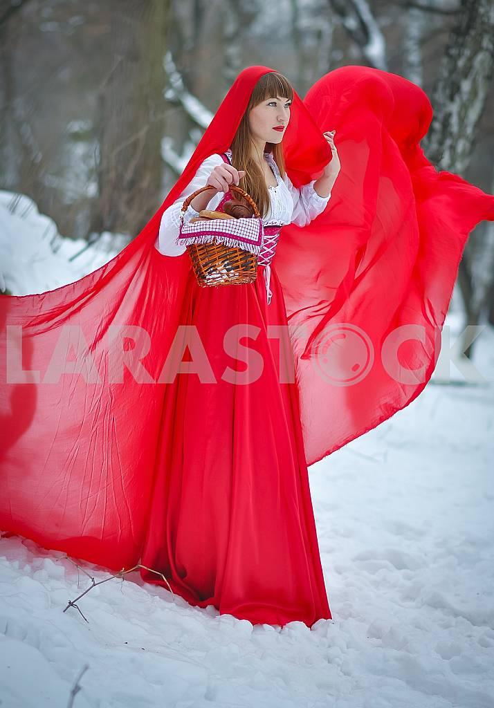 Женщины красный капюшон с избавления светлыми волосами, одетый в длинный красный плащ и старый красное платье прогулки зимой Форрест, прекрасной молодой девушки, среди деревьев и снега, держа пирожки с корзиной, сказок — Изображение 28919