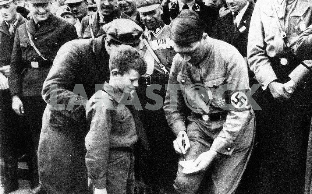 Adulf Hitler gives autograph — Image 23249