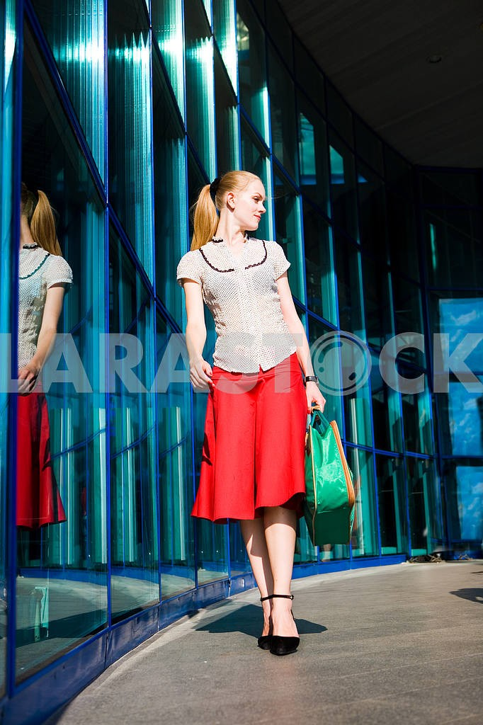 Beautiful girl with a suitcase against the backdrop of the stati — Image 4479