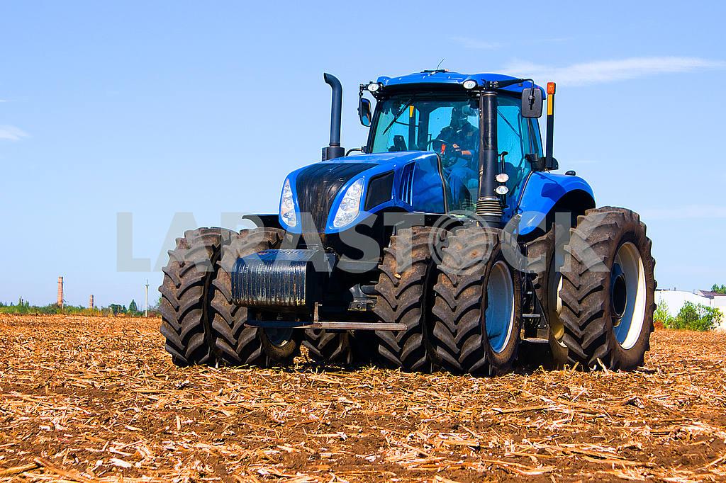 Колеса трактора, трактора, трактора, работающих в поле сельскохозяйственной техники в работе, трактор на фоне голубого неба — Изображение 23099