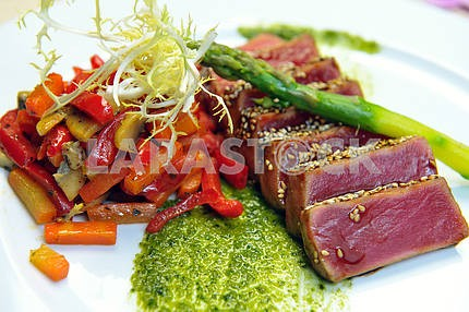 Half-roasted tuna with stewed vegetables