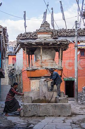 Stupa okolobuddistskogo temple