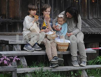 Дети едят куличи