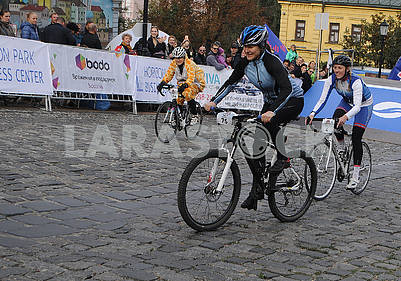 race on bicycles along the Andreevsky Descent