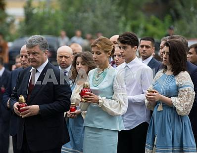 Family Poroshenko near the memorial to the Heroes Heavenly hundreds