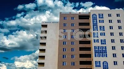 Многоэтажное здание. Вид снизу.