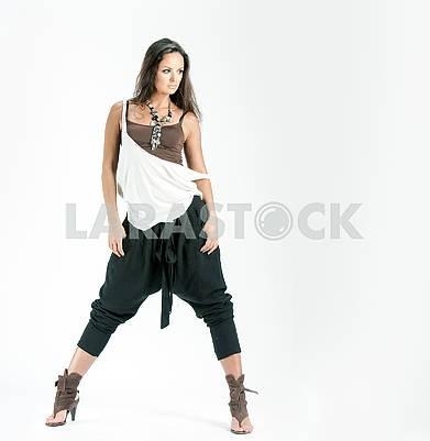 фото веселая молодая девушка в оригинальной одежде