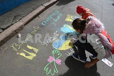 Children draw on asphalt at the bottom of Kramatorsk