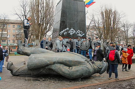 Demolition of the monument to Lenin