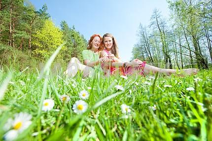 смешно мать и дочь на зеленой траве