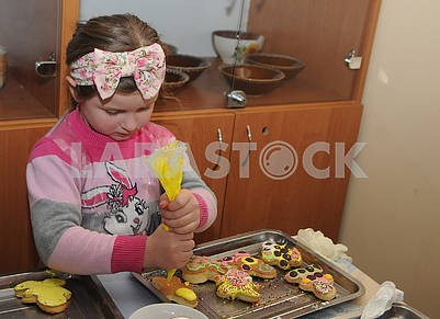 The girl is painting a carrot