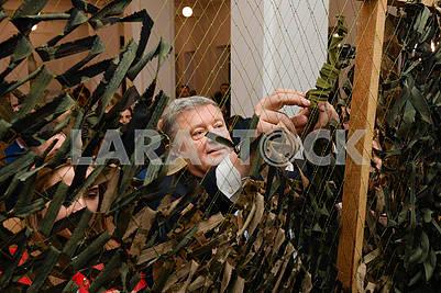 Петр Порошенко вяжет маскировочные сетки
