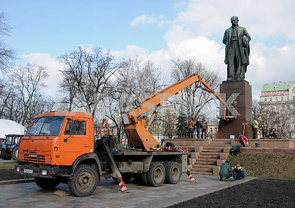 Communists washed the monument to Shevchenko