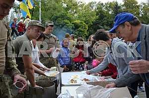 Military treat residents of Kramatorsk soldier's porridge