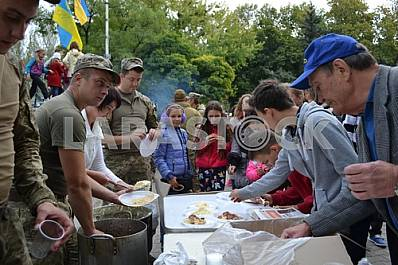 Military treat residents of Kramatorsk soldier's porridge