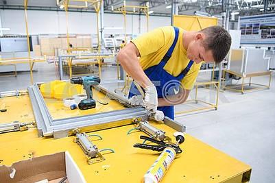 Рабочий в цеху завода Грин кул