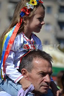 Girl on the shoulders of the father at the bottom Slvyanska