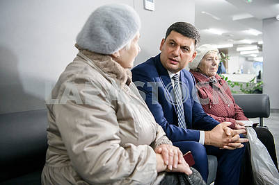 Vladimir Groysman communicates with visitors to the Center for Social Services